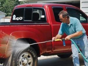 Водяная струя легко отмоет колёсные диски и шины