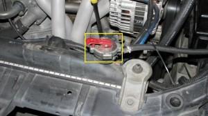 Пуск двигателя необходимо производить с закрытой крышкой радиатора.
