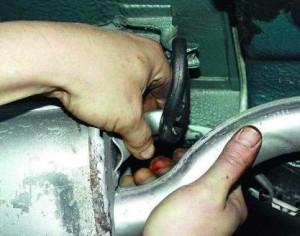 Снятие глушителя с резиновых подвесок