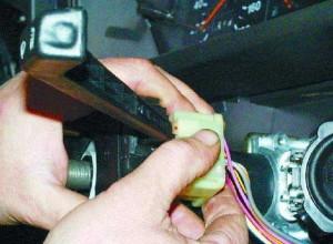 Отсоединяем провода от переключателя