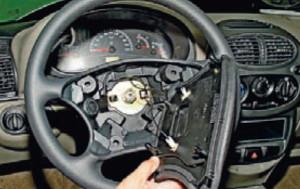 Снимаем накладку рулевого колеса