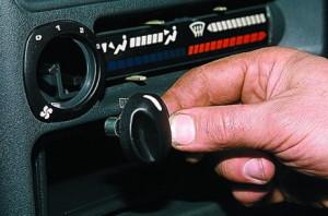 Снимаем ручку управления отопителем